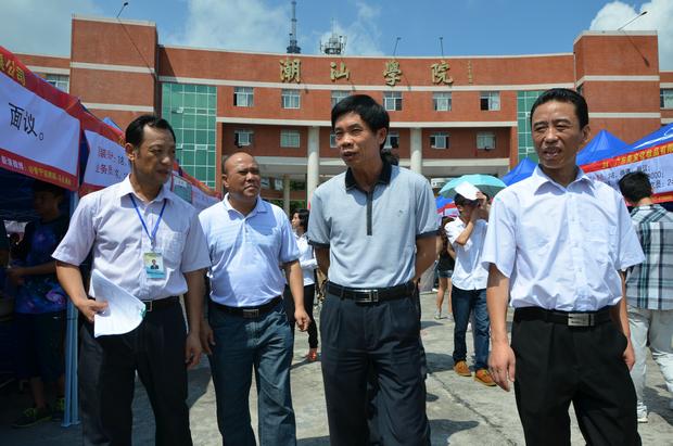 揭阳市人力资源和社会保障局副局长吴锦波亲临招聘会现场