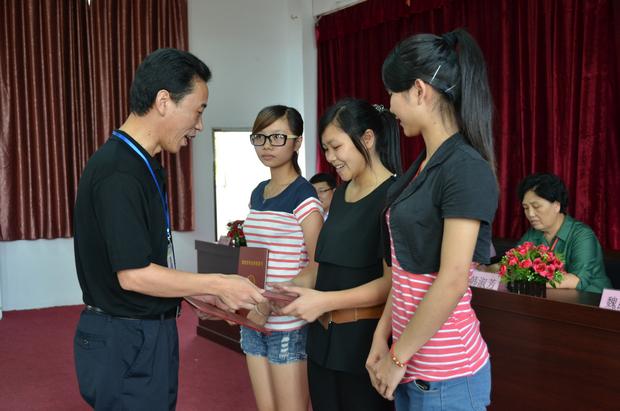副院长魏跃进为获国家奖学金的同学颁奖