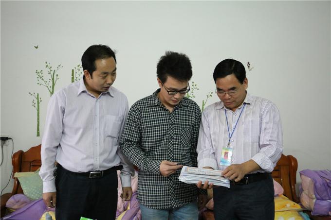 党委副书记张业宏询问学生的发包量