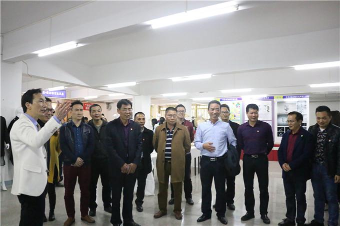 领导、嘉宾参观教学成果展览