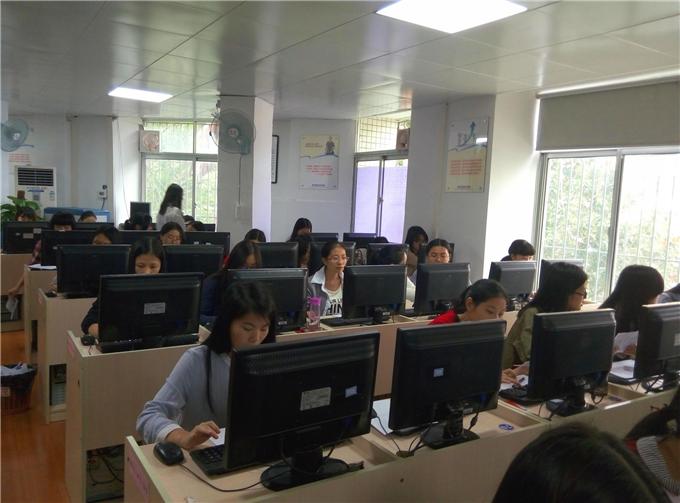 学生在上《会计电算化》课程